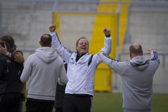 Trainer Weber freut sich über den Erfolg seiner Elf.
